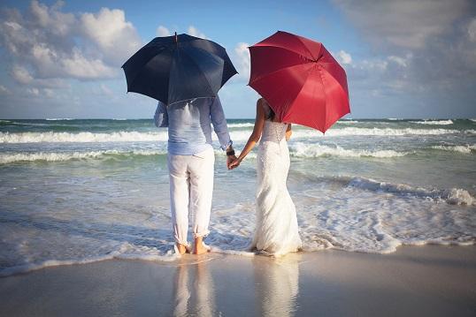 Strand paraplu trouwfoto's
